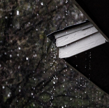 Is it okay to install a roof in the rainy season?